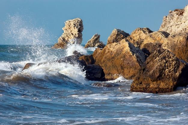 Mar azul storming Foto Premium
