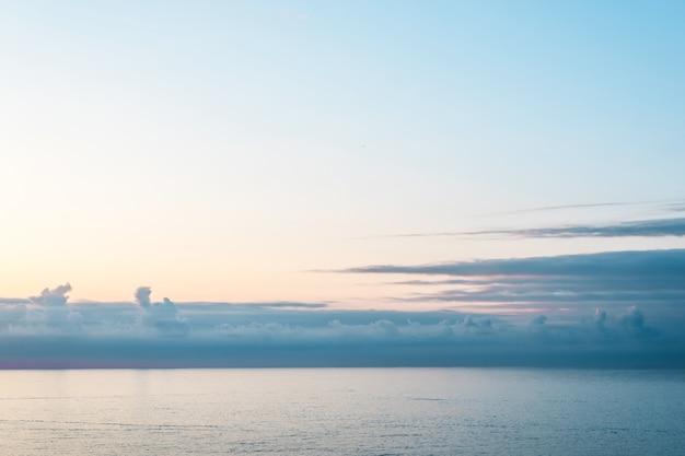 Mar calmo azul e céu. Foto Premium