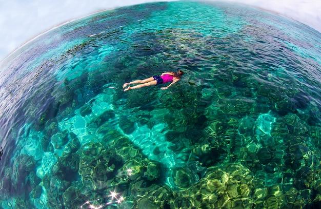 Mar calmo oceano azul e fundo de céu azul Foto Premium