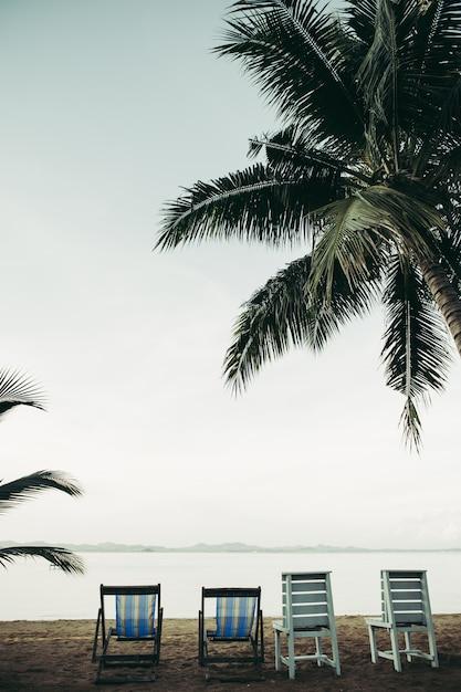 Mar com cadeiras de praia e resort Foto gratuita