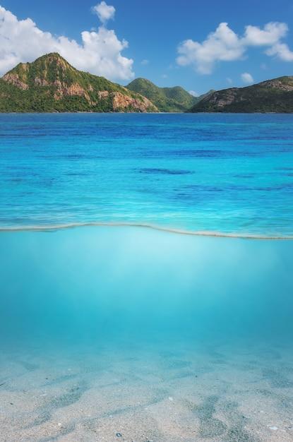 Mar, com, topo montanha, e, areia, submarinas Foto Premium