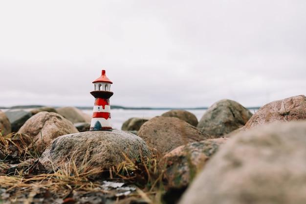 Mar congelado de inverno com farol decorativo. estilo de vida náutico. conceito de inverno, mar, viagens, aventura, feriados e férias. viagem em 2021 Foto Premium