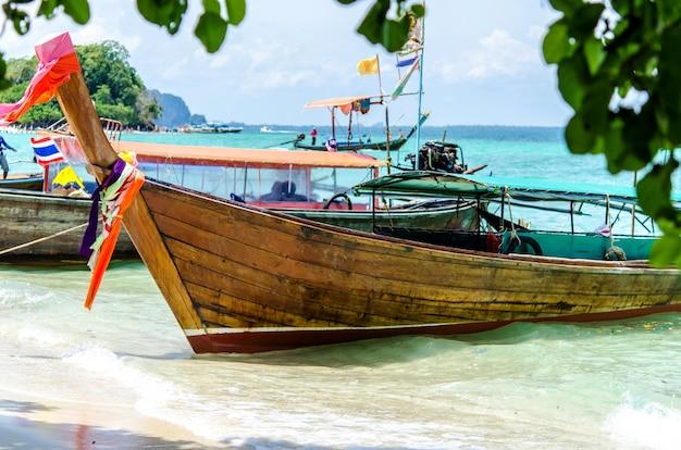 Mar de andaman e barco Foto Premium