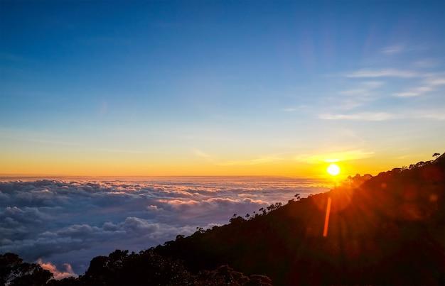 Mar de nevoeiro no topo da montanha Foto Premium