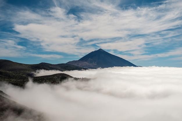 Mar de nuvens com o vulcão teide Foto Premium