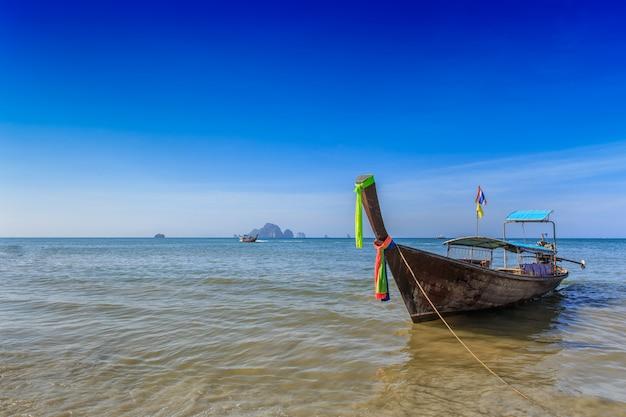 Mar de viagens de verão tailândia, tailandês velho barco de madeira na praia do mar parque de krabi phi phi island phuket Foto Premium