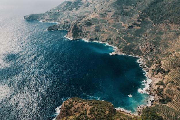 Mar e montanhas Foto gratuita