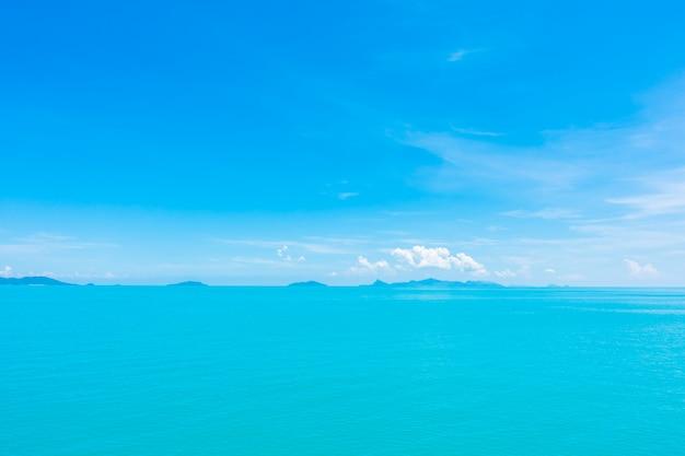 Mar e oceano bonitos com a nuvem no céu azul Foto gratuita