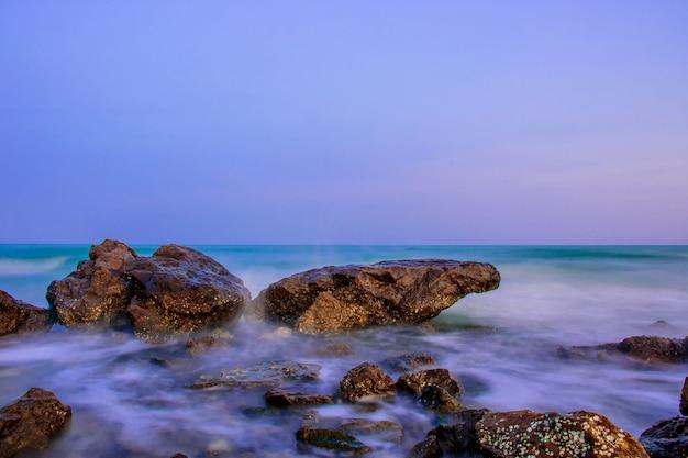 Mar e rochas bonitos ao longo da praia, o mar em phetchaburi. Foto Premium