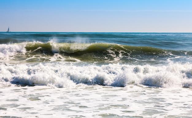 Mar em dia ensolarado Foto gratuita