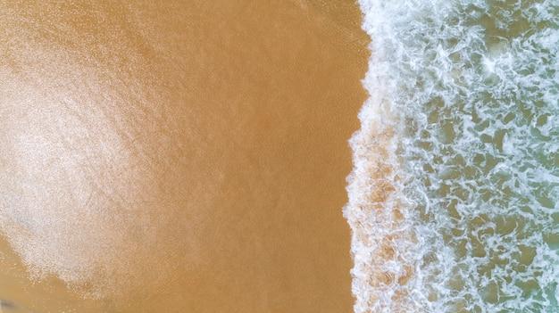 Mar tropical, com, onda, bater, ligado, praia, vista aérea, drone, tiro Foto Premium