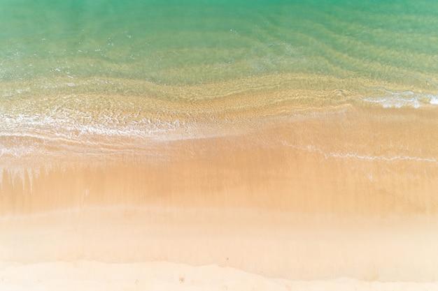 Mar tropical com ondas batendo na praia vista aérea zangão tiro vista superior Foto Premium