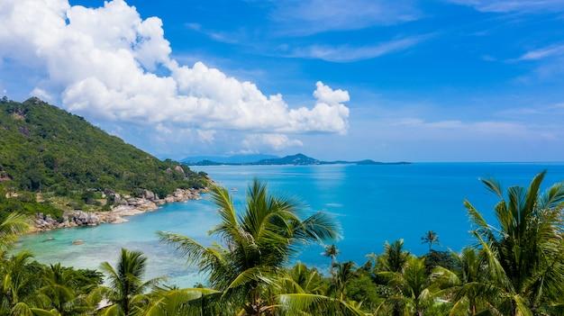 Mar tropical da vista aérea e céu azul em ko samui, surat thani, tailândia. Foto Premium