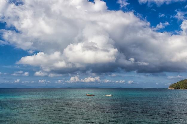 Mar tropical e céu com nuvens Foto Premium