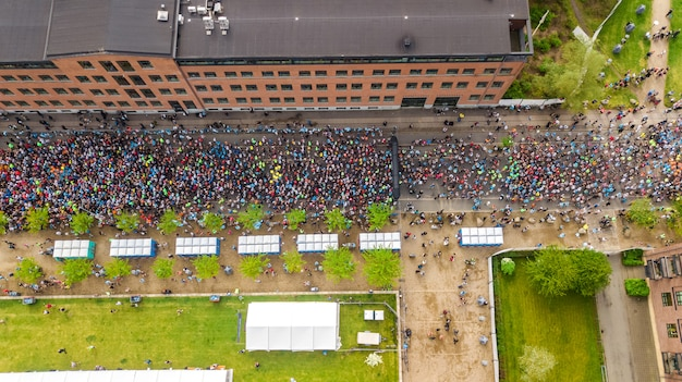 Maratona corrida, vista aérea da linha de partida e chegada com muitos corredores de cima, corrida de estrada, competição esportiva, maratona de copenhague, dinamarca Foto Premium