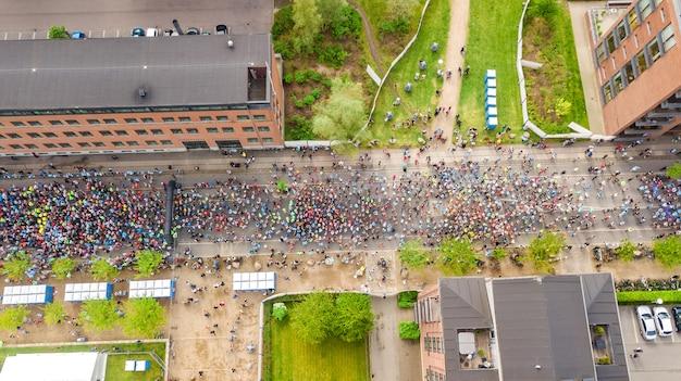 Maratona de corrida, vista aérea da linha de partida e chegada com muitos corredores Foto Premium