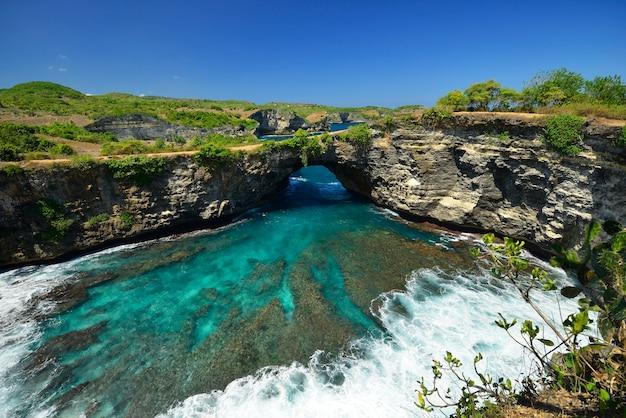 Maravilhosa vista para o mar da praia localizada em nusa penida, a sudeste da ilha de bali, na indonésia Foto Premium