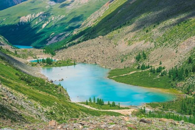 Maravilhosos três lagos de montanha no vale das terras altas. limpe a superfície da água azul. rochas e montanhas gigantes com vegetação rica e floresta de coníferas. atmosfera verde paisagem de natureza majestosa Foto Premium