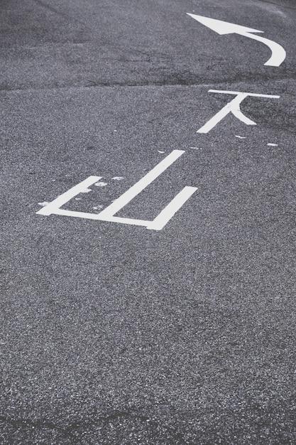 Marcação de tráfego branco no asfalto Foto gratuita