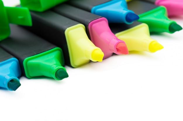 Marcadores coloridos isolados no branco Foto Premium