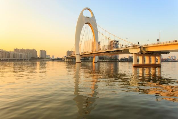 Marco de construção, paisagem urbana da cidade de guangzhou, na hora por do sol, china Foto Premium