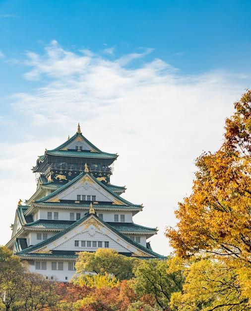 Marco do castelo de osaka no outono para o turista em japão. Foto Premium