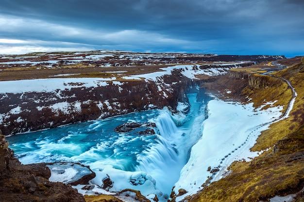 Marco famoso da cachoeira gullfoss na islândia. Foto gratuita