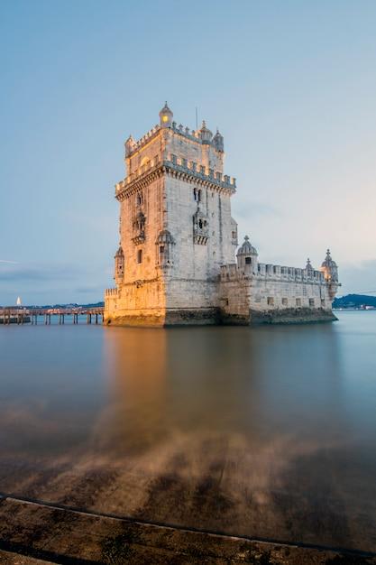 Marco famoso, torre de belém, situada em lisboa, portugal. Foto Premium