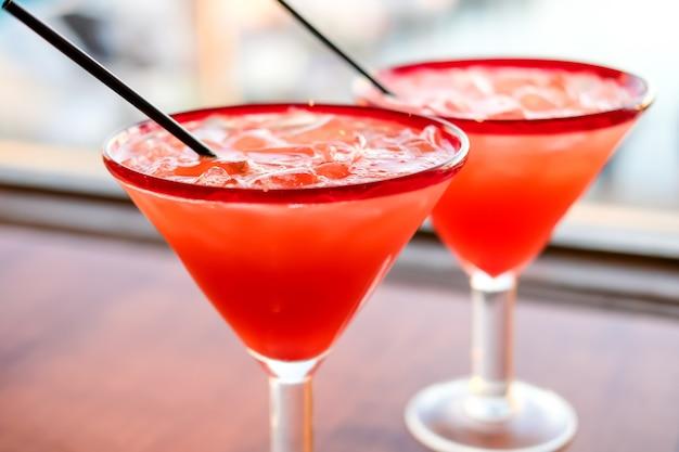 Margarita de morango em cocktails de rochas no restaurante mexicano na califórnia. Foto Premium