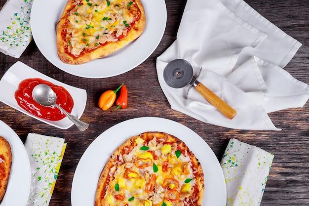 Margarita e salmão pizza. pizza jantar. pizzas servidas na mesa de madeira Foto Premium