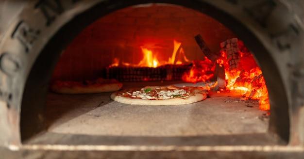 Margherita de pizza em forno a lenha. Foto Premium