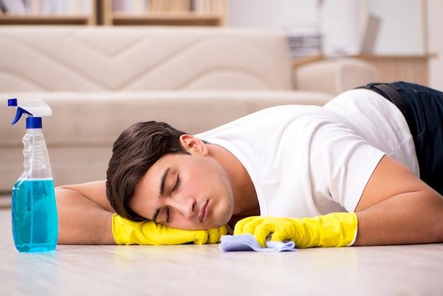 Marido do homem que limpa a casa que ajuda a esposa Foto Premium