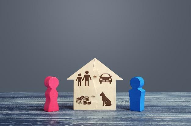 Marido e esposa dividem uma casa em um processo de divórcio. acordo de divisão conjugal justa da propriedade. Foto Premium