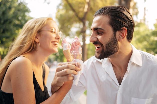Marido e esposa tomando sorvete Foto gratuita