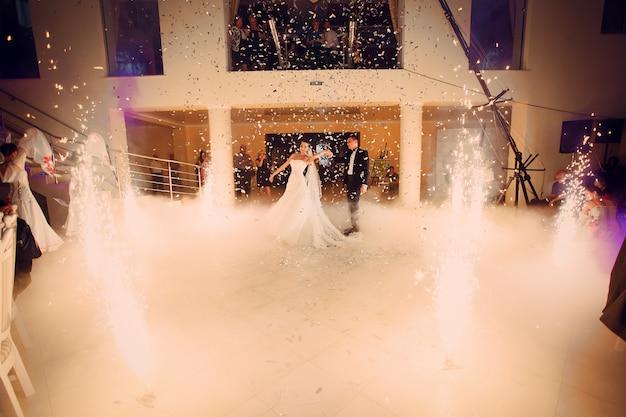 Marido e mulher na pista de dança Foto gratuita