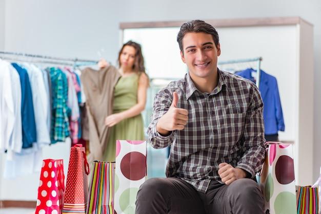 Marido feliz às compras com sua esposa Foto Premium