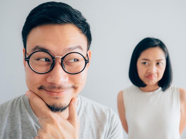 Marido manhoso com cara engraçada complicada e esposa com cara suspeita Foto Premium