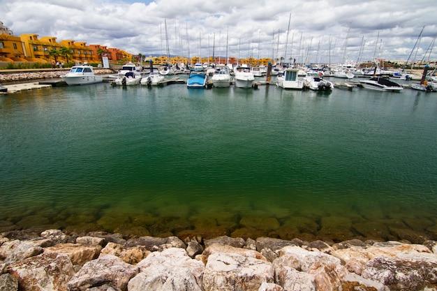 Marina com barcos de recreio Foto Premium