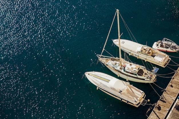 Marina de mar para iates e barcos e paisagem do mar em um dia ensolarado e água azul. Foto Premium