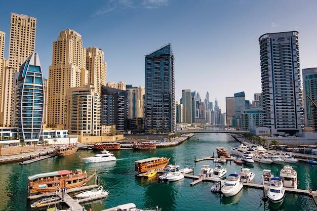 Marina dubai, com, barcos, e, edifícios, emirates árabes unidos Foto Premium