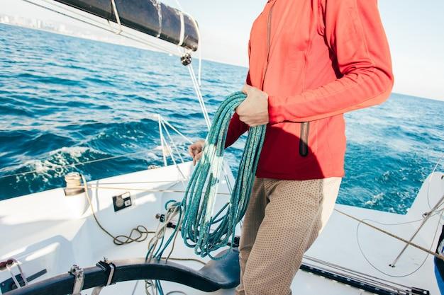Marinheiro faz serviço de iate particular na marina Foto gratuita