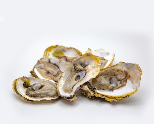 Marisco de ostra fresco aberto no branco isolado Foto Premium