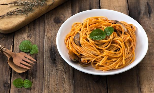 Marisco espaguete com molho de tomate Foto Premium
