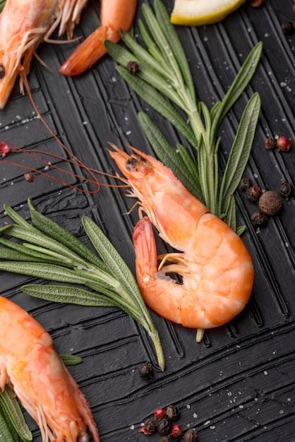 Marisco fresco com camarão e ervas Foto gratuita