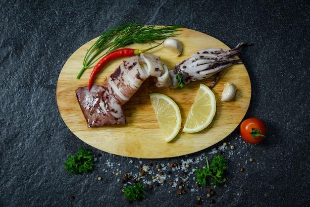 Marisco grelhado, lula, com, ervas, e, temperos limão, tomate, pimentão, alho, e, dill, ligado, tábua cortante Foto Premium