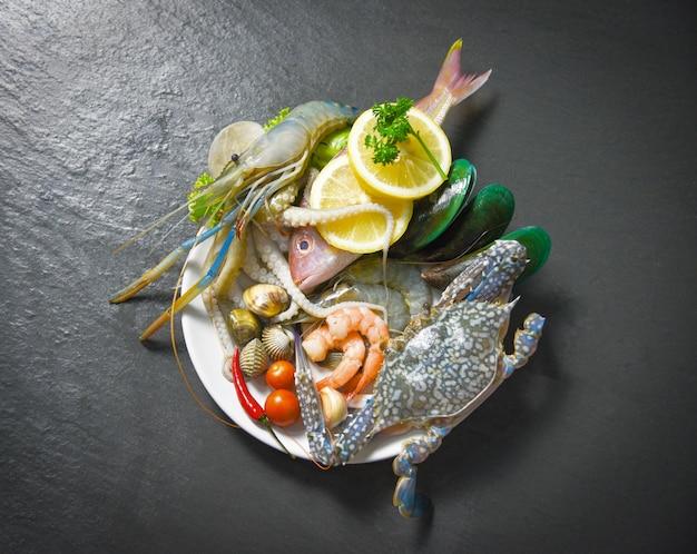 Marisco, marisco, prato, com, camarões camarões caranguejo, conchas, berbigão, mexilhão, lula Foto Premium