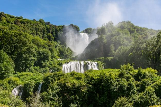Marmore cai, cascata delle marmore, na úmbria, itália. a cachoeira artificial mais alta do mundo. Foto Premium