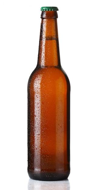 Marrom garrafa de cerveja com gotas em branco Foto Premium