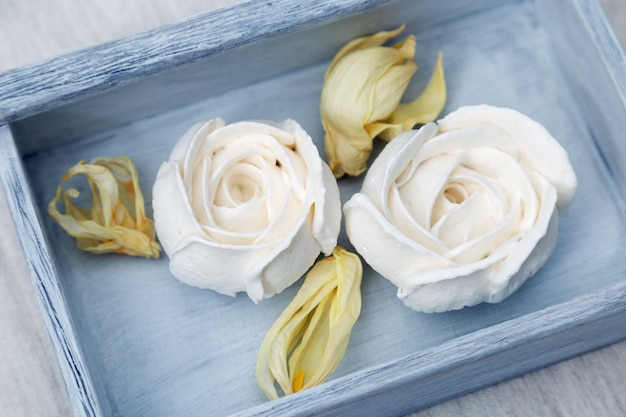 Marshmallow de maçã branca em forma de flores Foto Premium