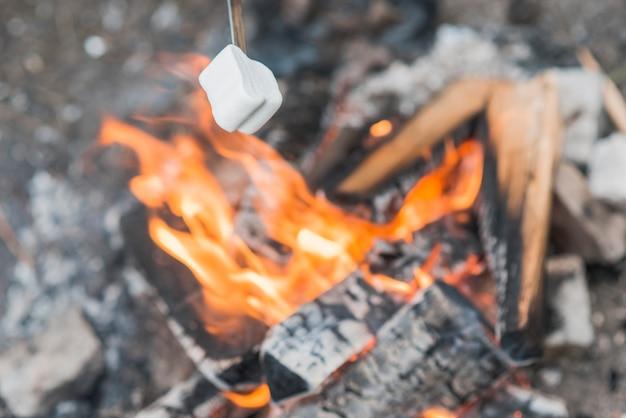 Marshmallow de vista superior em chamas da fogueira Foto gratuita
